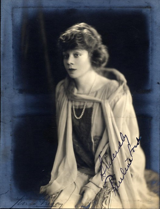 Lord, Pauline-Autograph photo+signed Yvonne Gregory Photographer